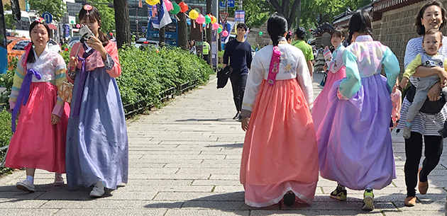 Girls in rented traditional hanbok